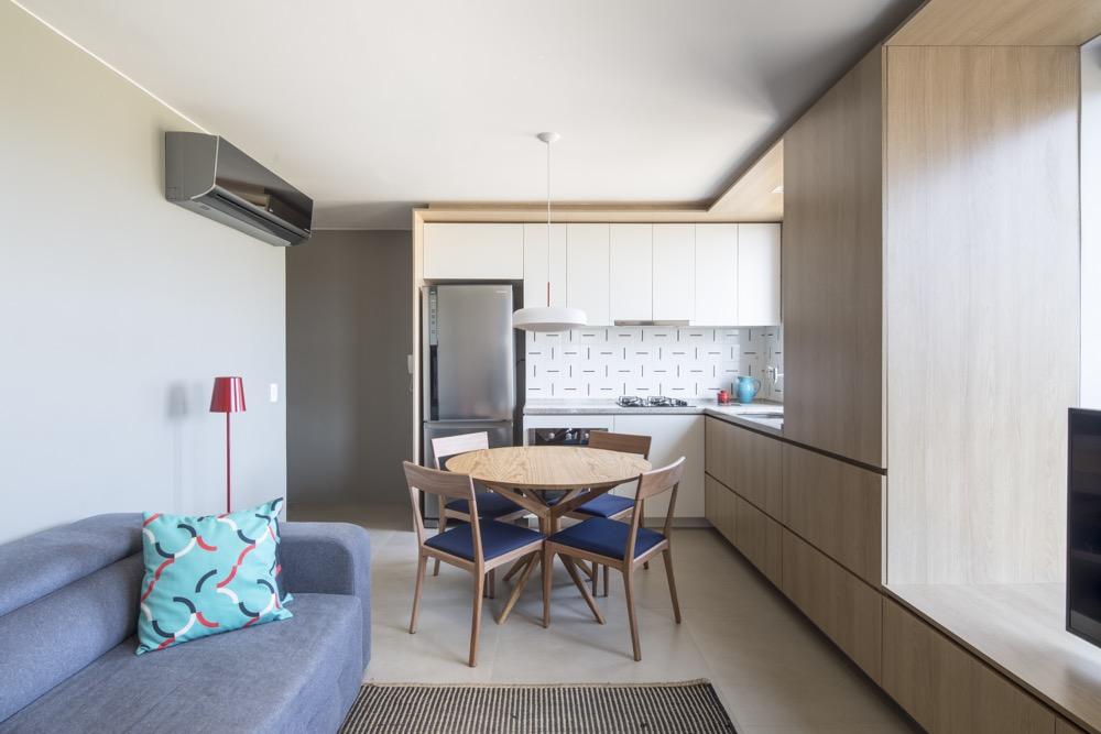 apartamento pequeno com cozinha integrada com a sala