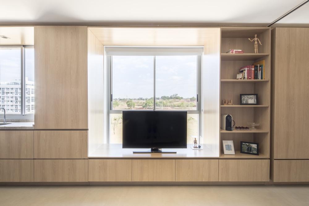 sala com marcenaria clara em apartamento pequeno