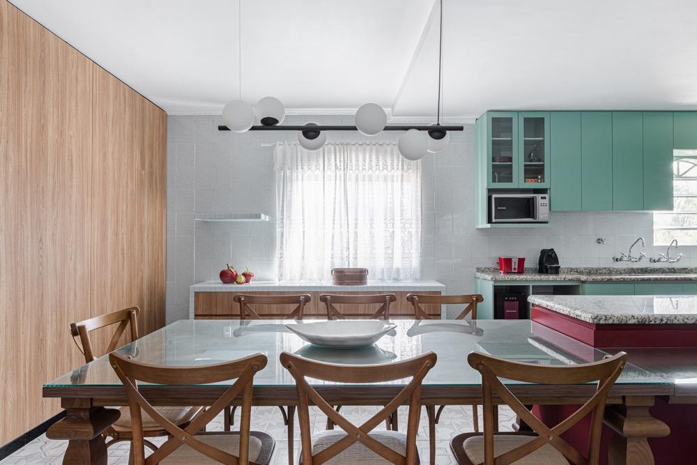 copa com mesa e cadeiras em cozinha integrada