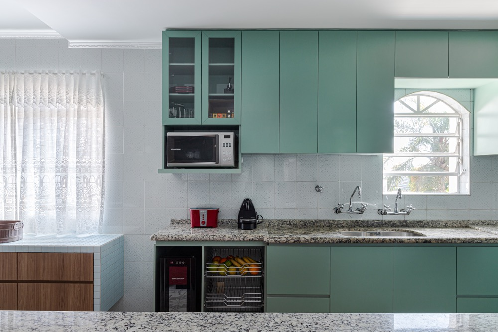 cozinha com armários verdes