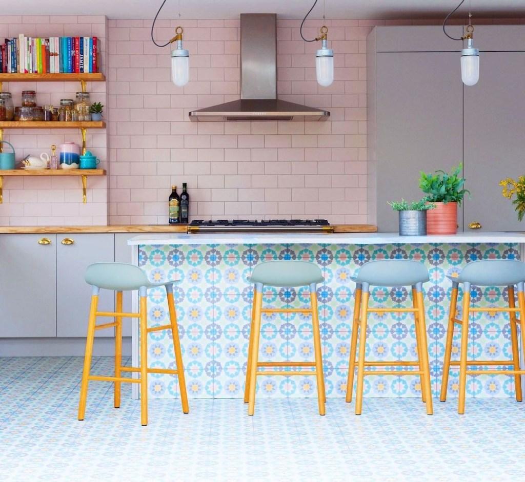 Cozinha decorada com revestimentos em tons pastel