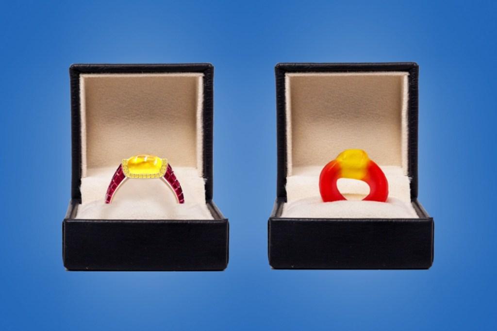 Duas caixas de joias pretas no fundo azul. À direita, a joia, com safira amarela e aor com rubis. À esquerda, a bala de goma, vermelha e amarela.