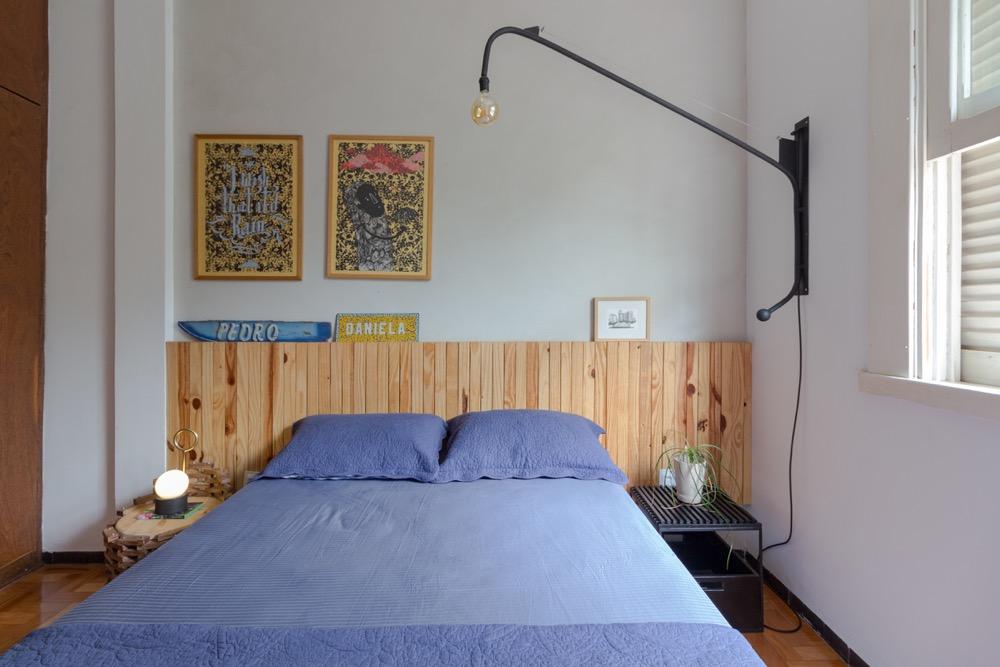 cama com cabeceira de madeira clara