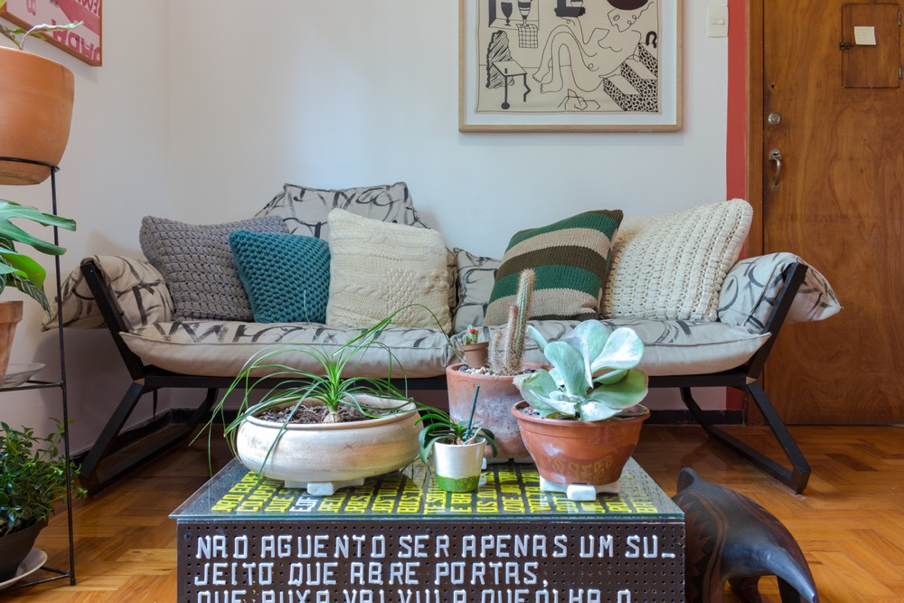sofá com almofadas coloridas e mesa de centro