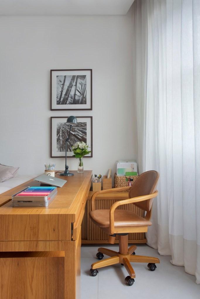Home office com escrivaninha e cadeira de madeira
