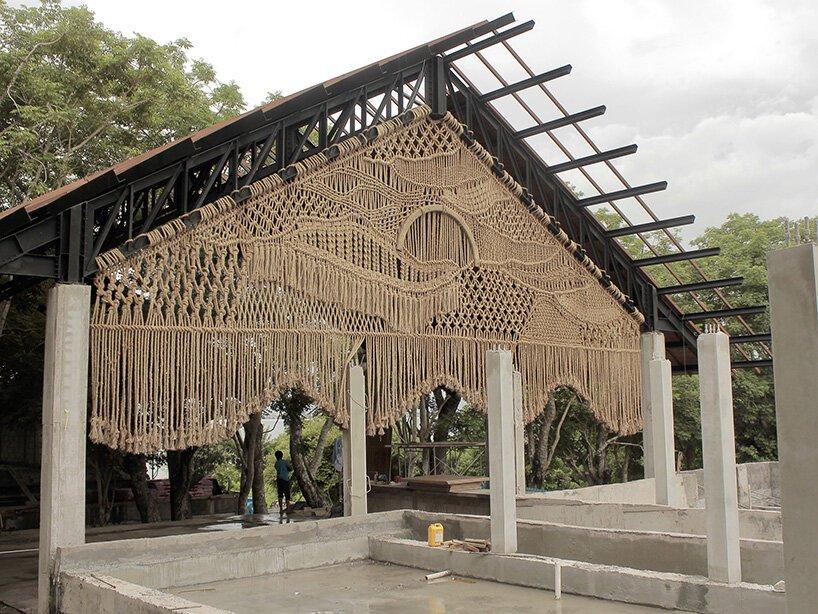 Artista tece obra gigante feita com macramê em Bali