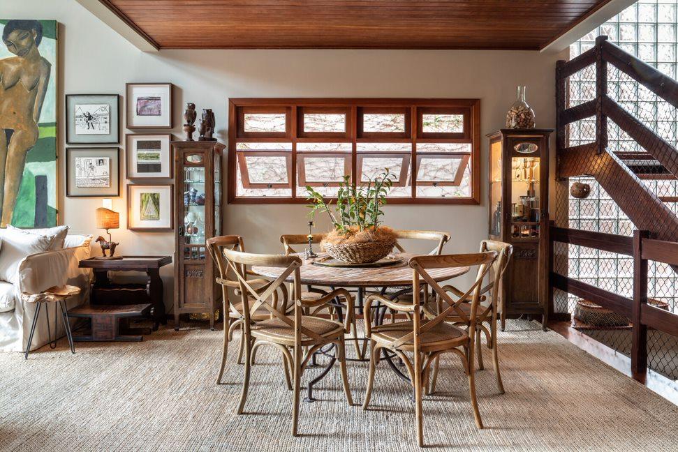 Casa reúne arte e memórias familiares na decoração