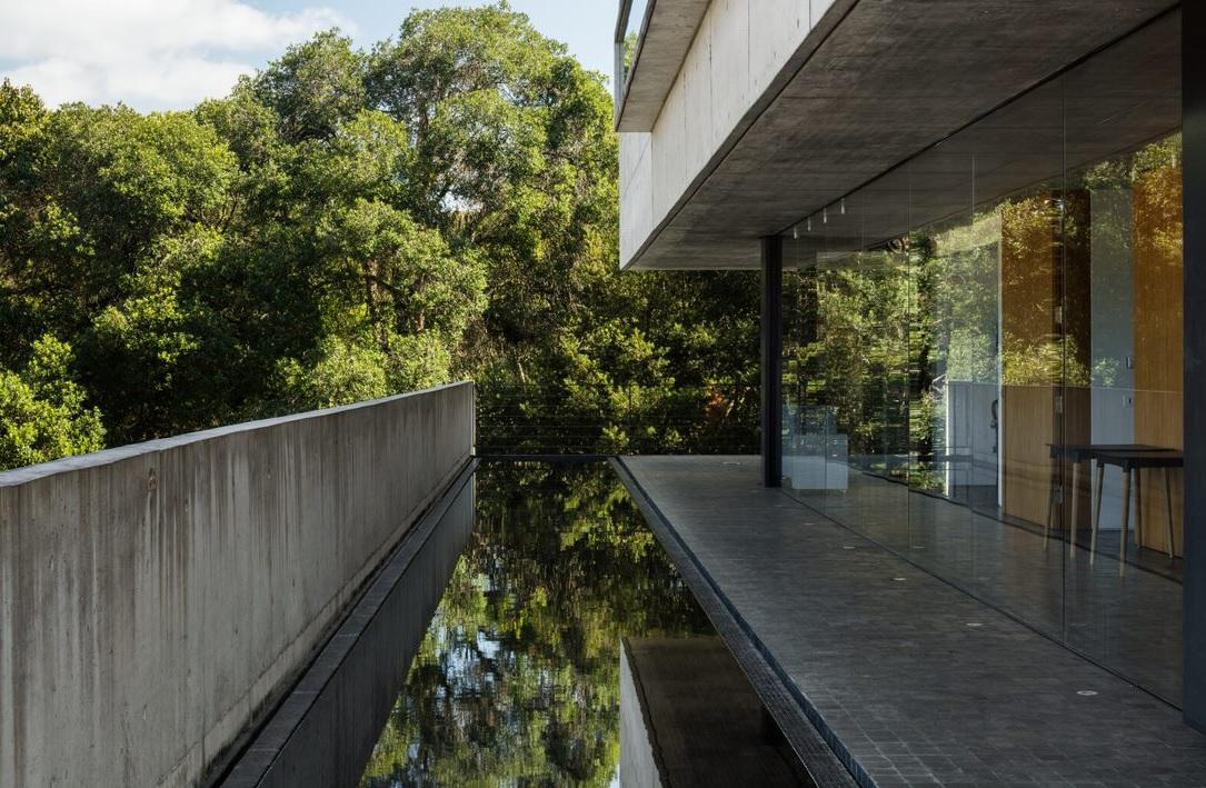 Casa em Curitiba tem estética da arquitetura moderna paulista