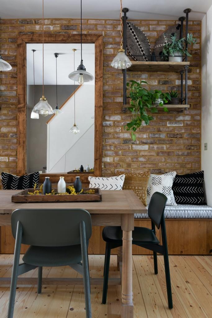 Sala de jantar com parede de tijolinhos