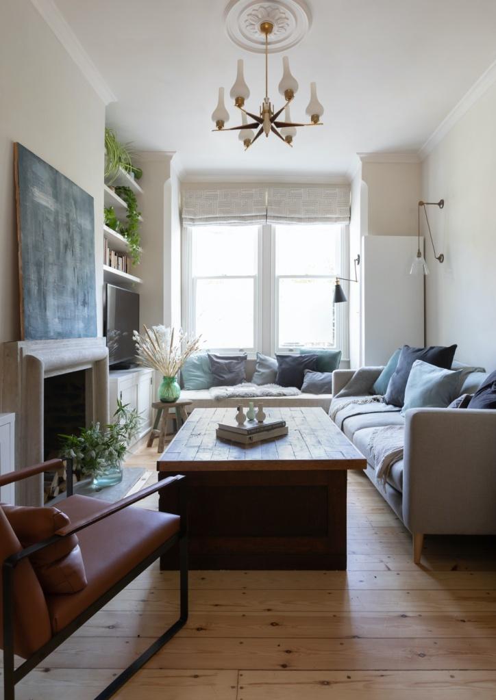 Sala de cores claras com sofá e almofadas