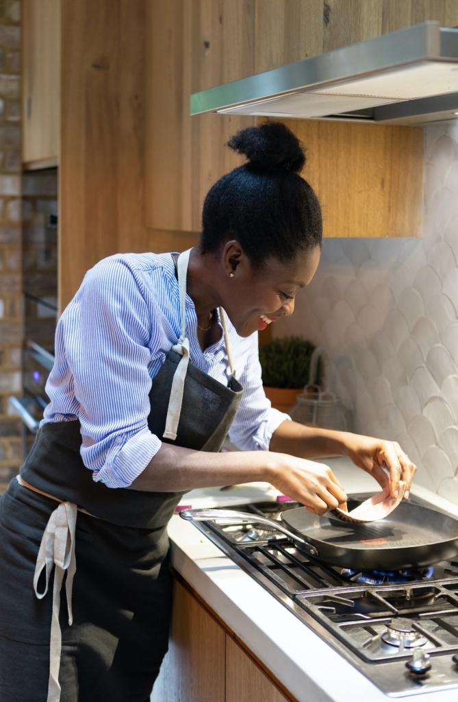 Chef de cozinha preparando comida na frigideira
