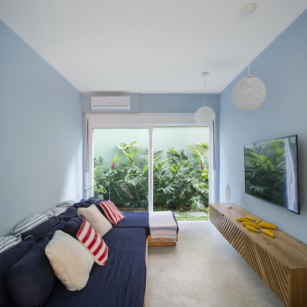 sala de TV com parede azul