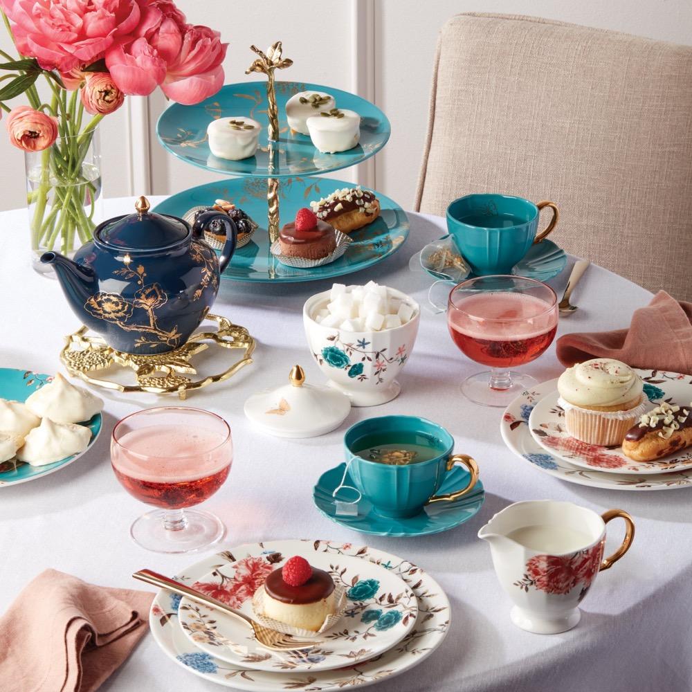 mesa de chá da tarde com louças coloridas