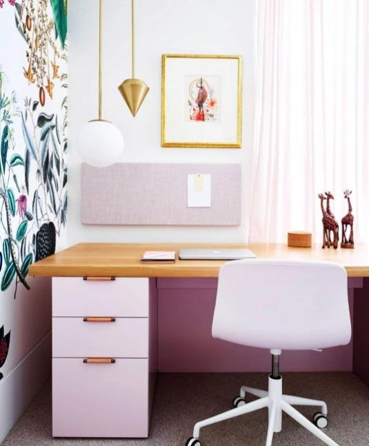 Home office com móveis rosa claros. Parede com papel de parede botânico