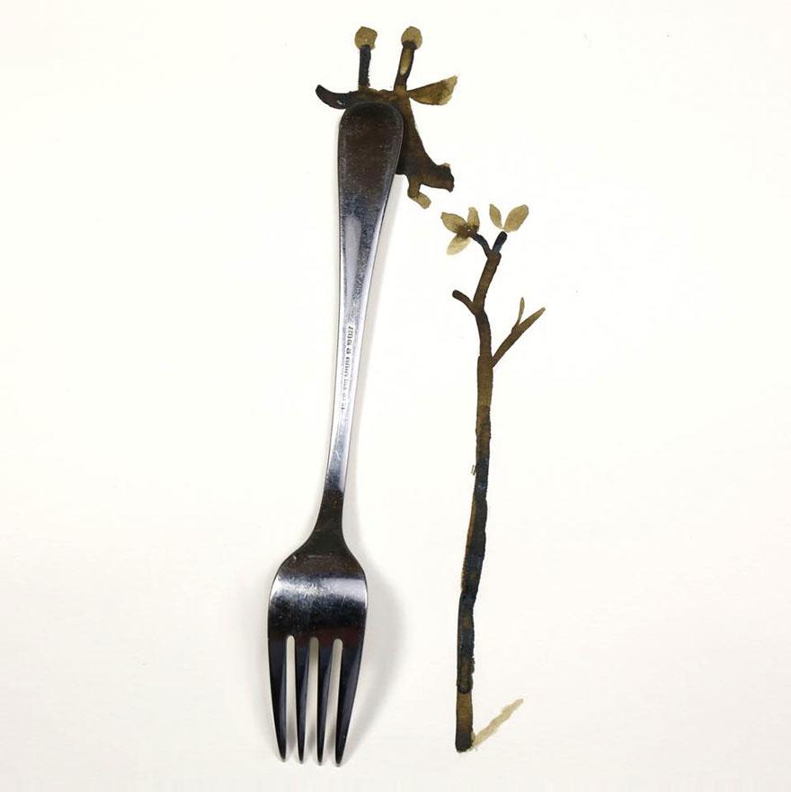 Desenho de girafa com um garfo como corpo ao lado do desenho de uma árvore