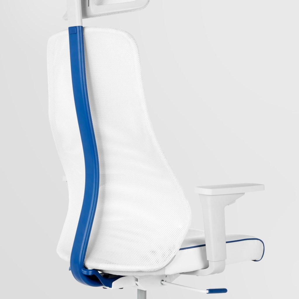 Cadeira gamer branca com detalhe na vertical azul escuro