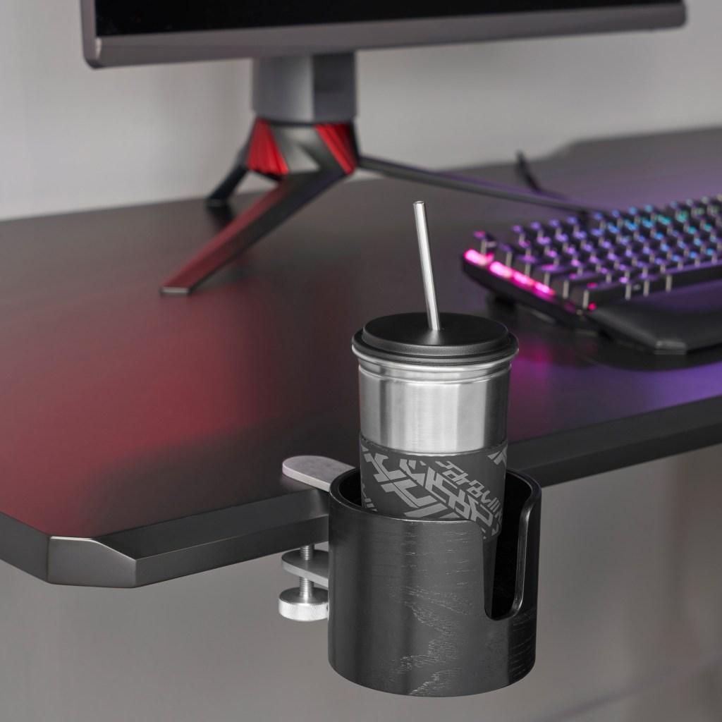 Borda da mesa, com um porta copos preso com um parafuso.