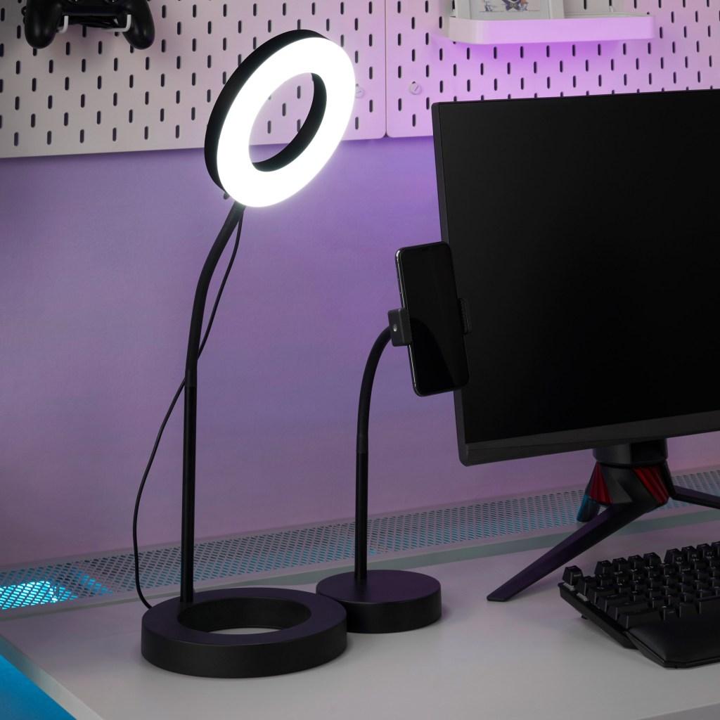 Ringlight à esquerda de um monitor