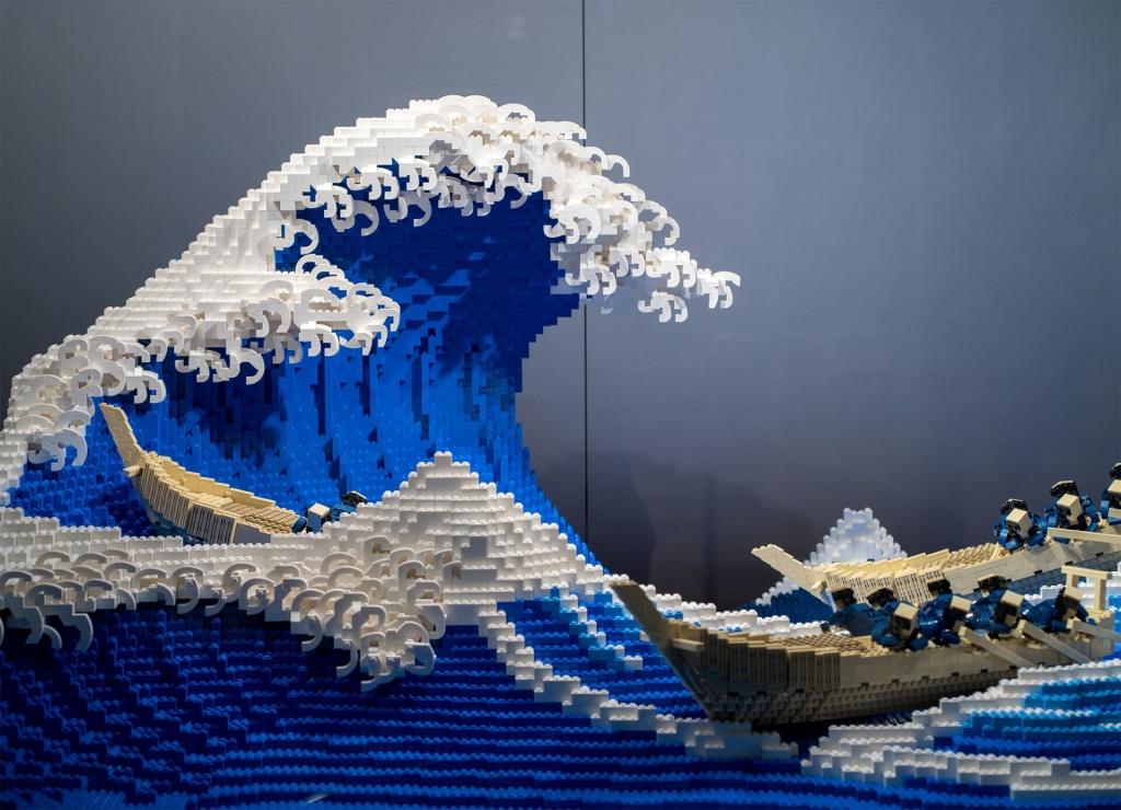 Onda Kanagawa feita de legos com barcos