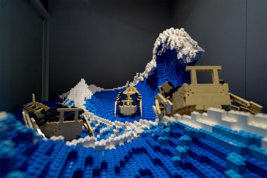 Escultura lego vista da perspectiva frontal. Barcos de lego em foco