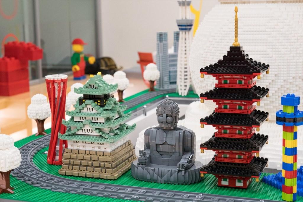 Outras obras de Mitsui. Dois palácios japoneses de lego e uma estátua de buda