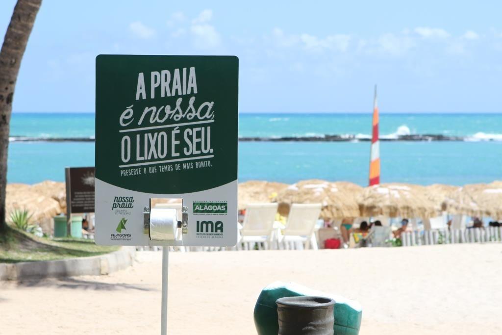 Aviso para não descartar o lixo no mar e na praia