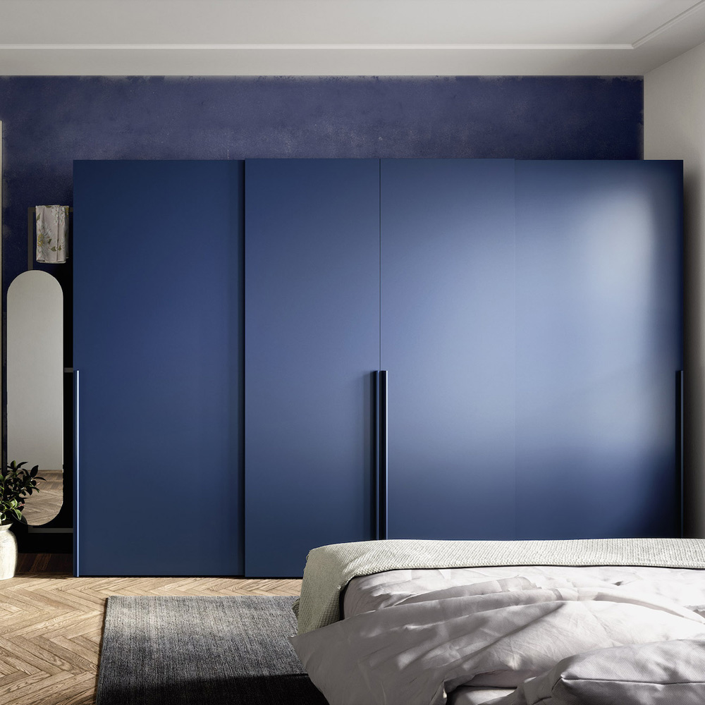 Quarto com armário azul marinho e portas de deslizar.