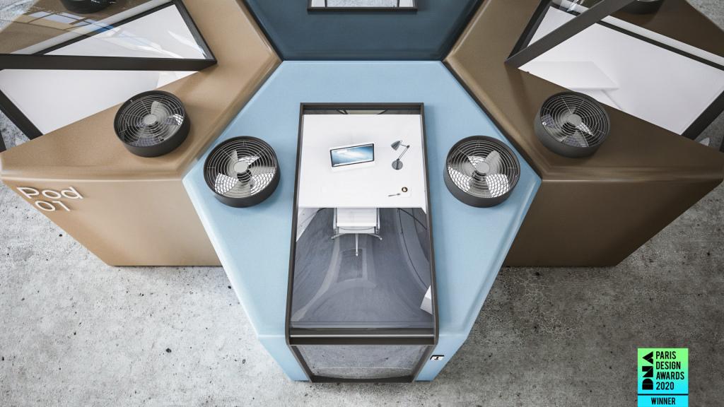 Pods vistos de cima. Através do teto do pod azul percebe-se mesa de escritório branca, cadeira e computador