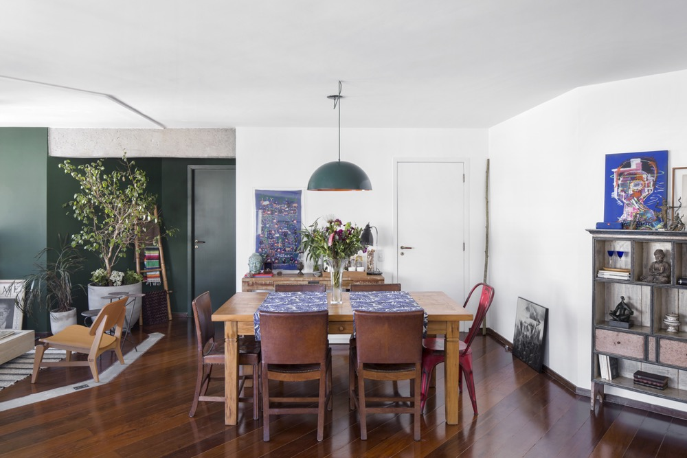 Sala integrada com piso de madeira