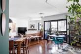 Inspiração praiana, cores e home office são destaques neste apê