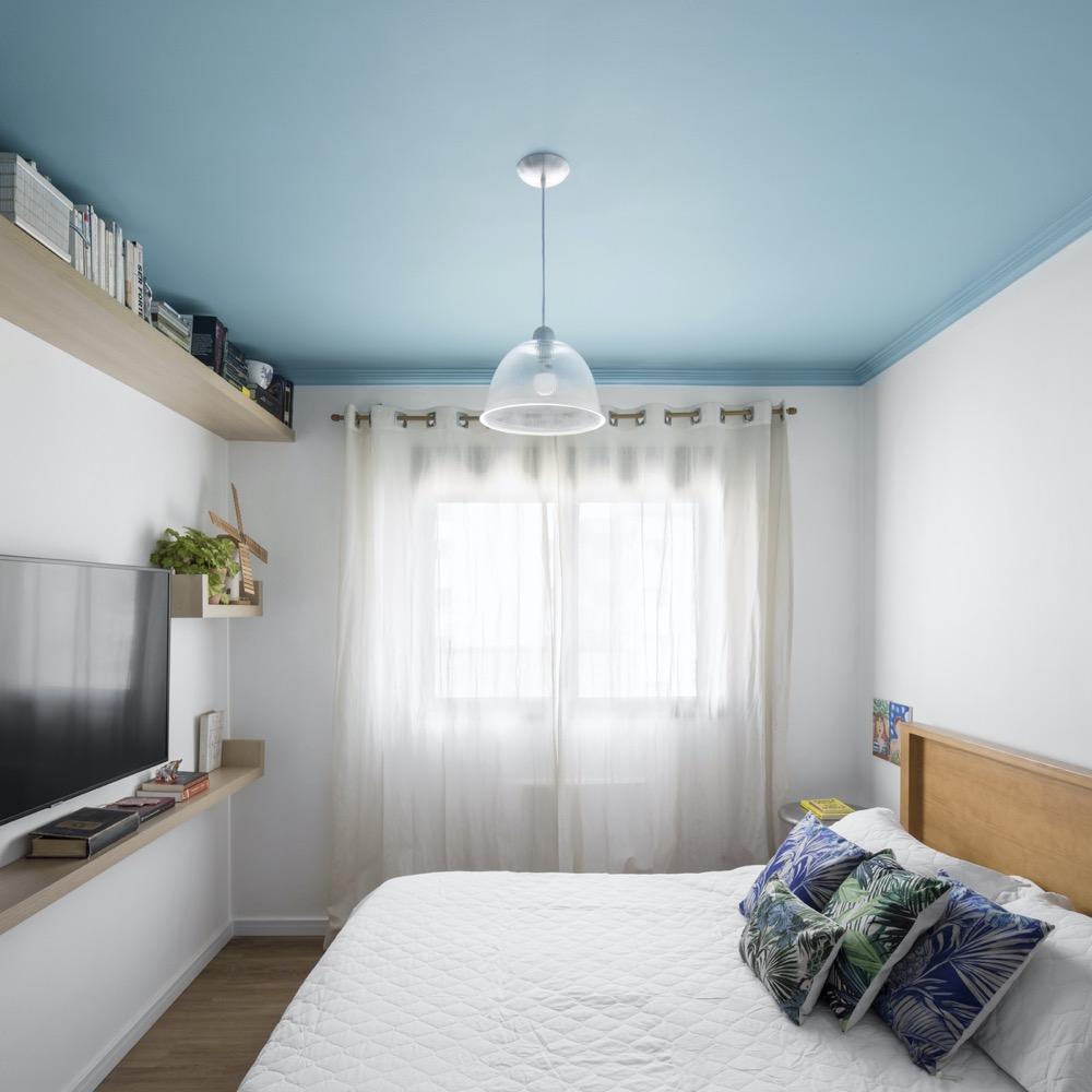 Quarto branco com teto azul