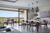 sala de jantar com mesa e cadeiras e pendentes pretos