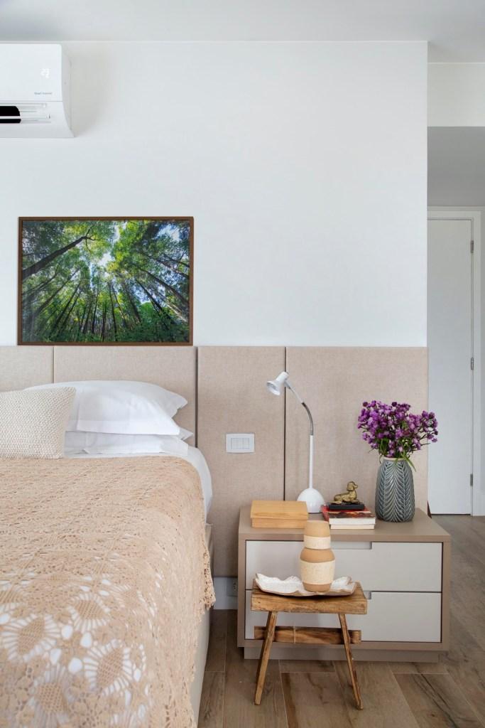 quarto com marcenaria de madeira clara