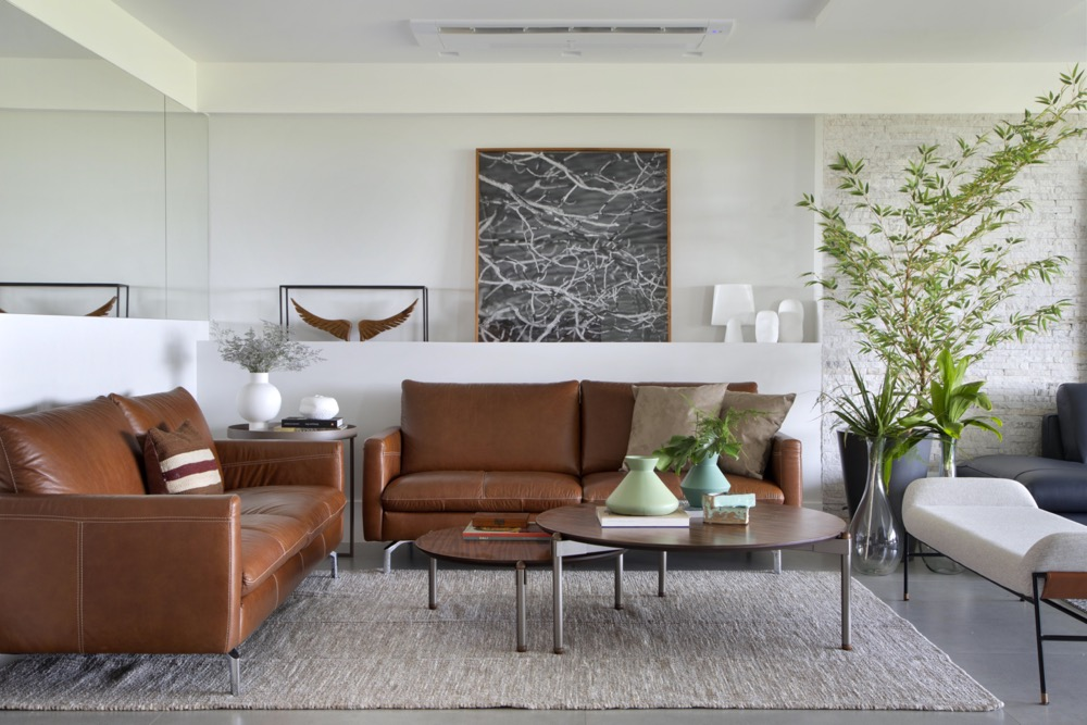 sala de estar com sofá caramelo e mesa de centro