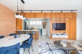 sala integrada com a cozinha, painel de madeira e pendentes