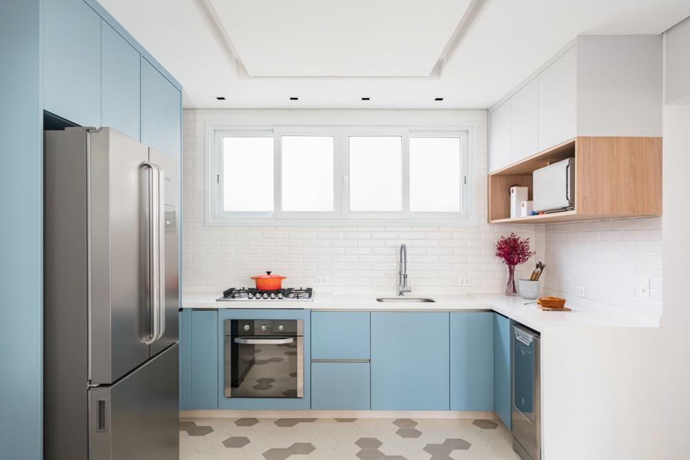 cozinha com armários azuis e piso estampado