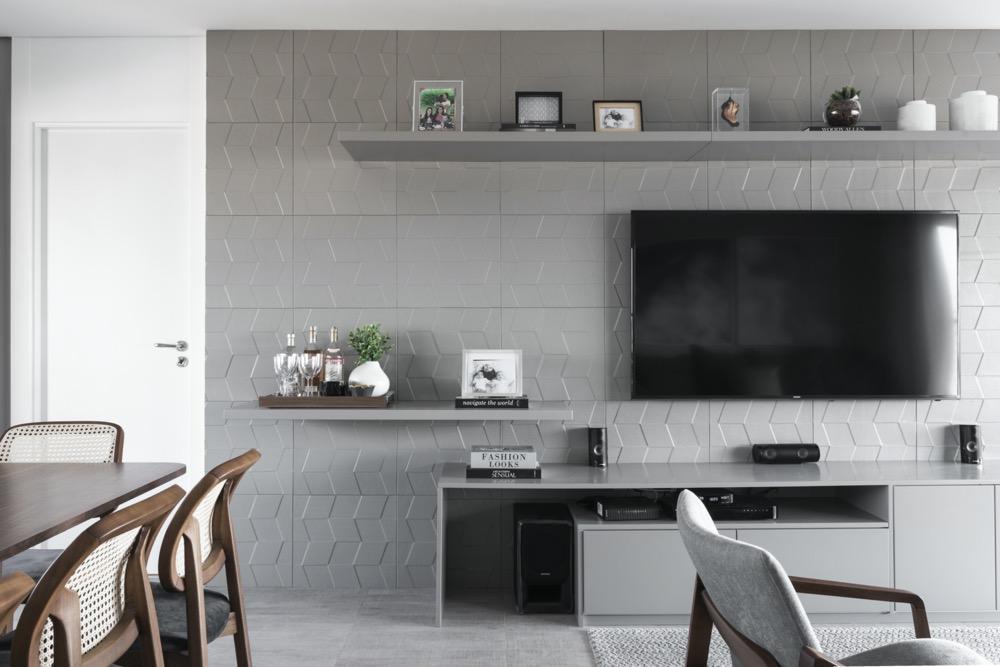 sala com painel cinza