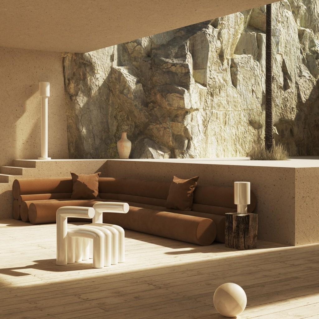 Sala em tons de branco e marrom, com um sofá marrom em L, uma cadeira de design branca, um tronco de mesa lateral com uma luminária; ao fundo, meio nível acima, uma coluna média e um vaso dão acesso ao espaço