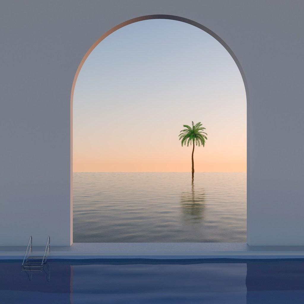 Piscina com escadinha de metal do lado esquerdo, de frente para uma parede branca com um portal em arco com passagem para o mar com um coqueiro a meia distância