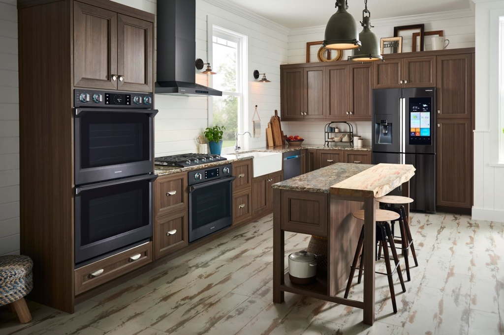 Cozinha com armários em madeira escura e eletrodomésticos inteligentes