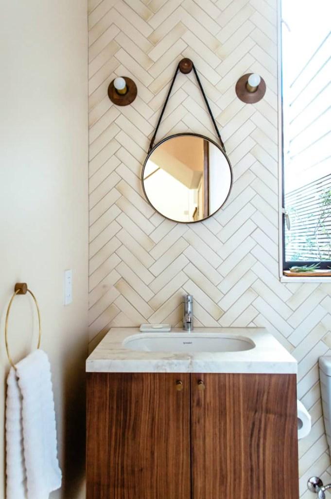 Banheiro com revestimento texturizado