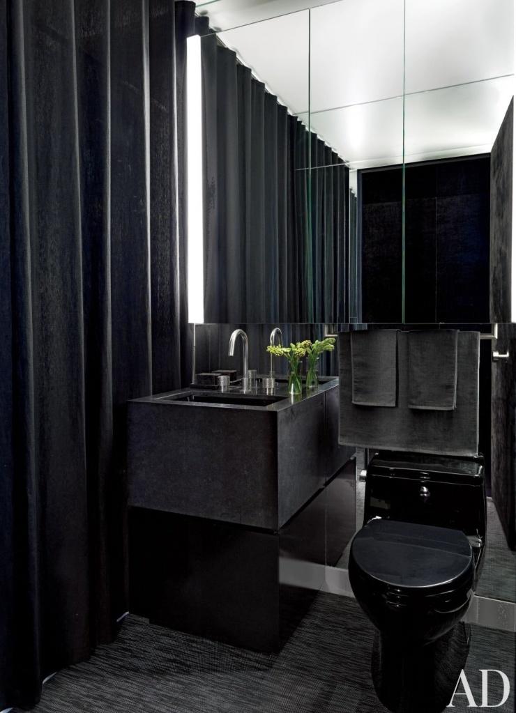 Banheiro pequeno com peças pretas e paredes da mesma cor