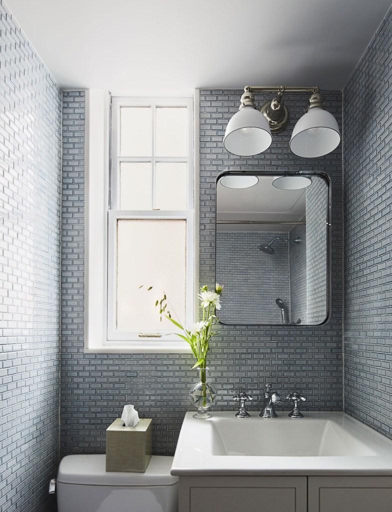 Banheiro com ladrilhos retangulares cinza