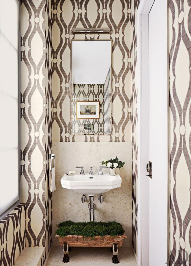 Banheiro com papel de parede com padrão grande