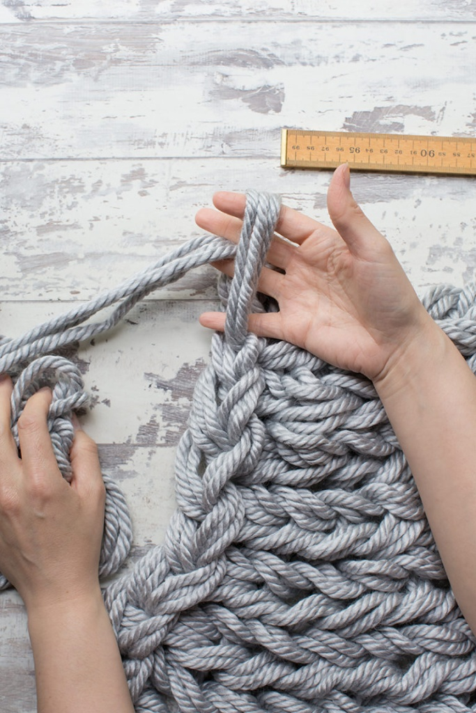 Manta feita com lã grande usando tricô de braço