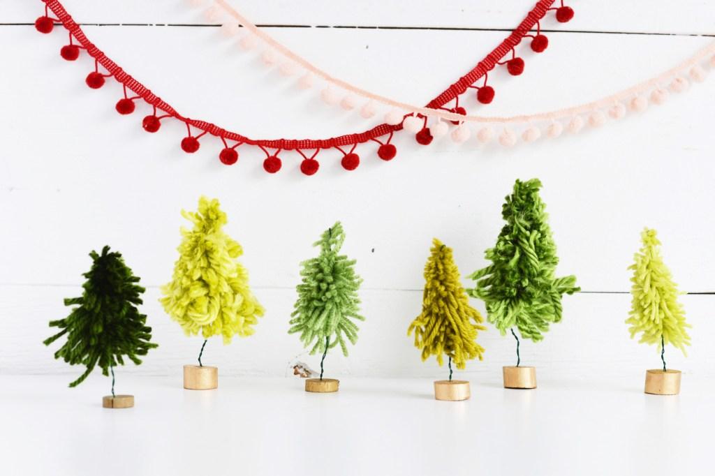 Mini árvores de natal feita com lã