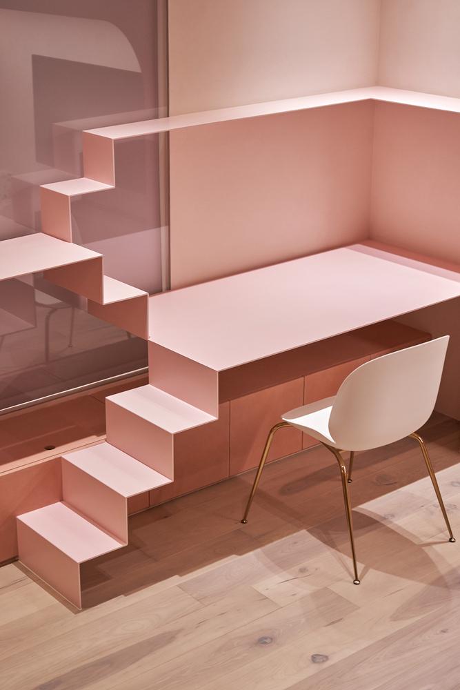 escada rosa para gato com uma mesa embutida e uma cadeira na mesma cor
