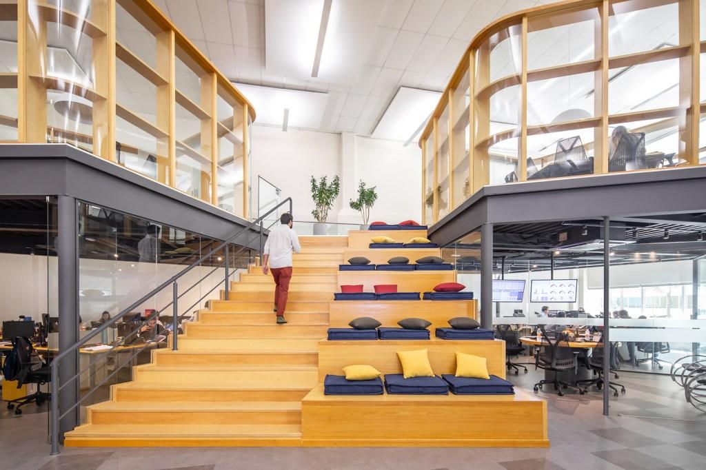 Escada de uma empresa, com metade dela servindo como acentos