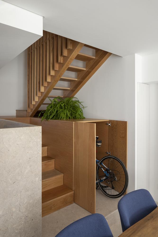 Escada com a parte inferior servindo como vaga para bicicleta