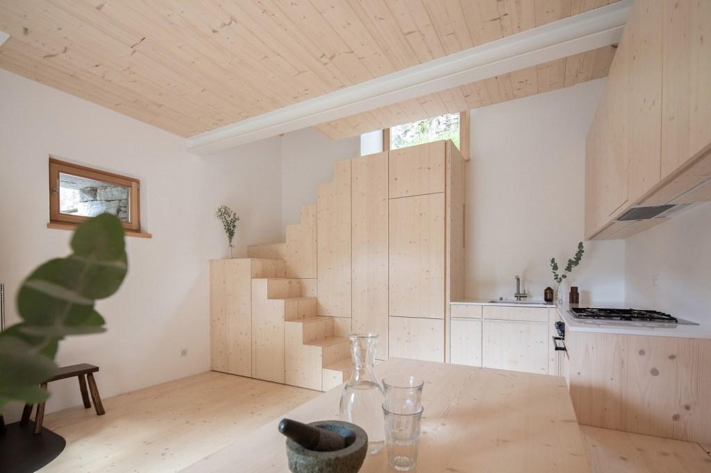 Escada de madeira com nichos fechados embaixo dela